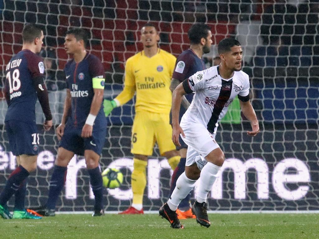 Bis de Cavani evita derrota do PSG frente ao Guingamp de Rebocho