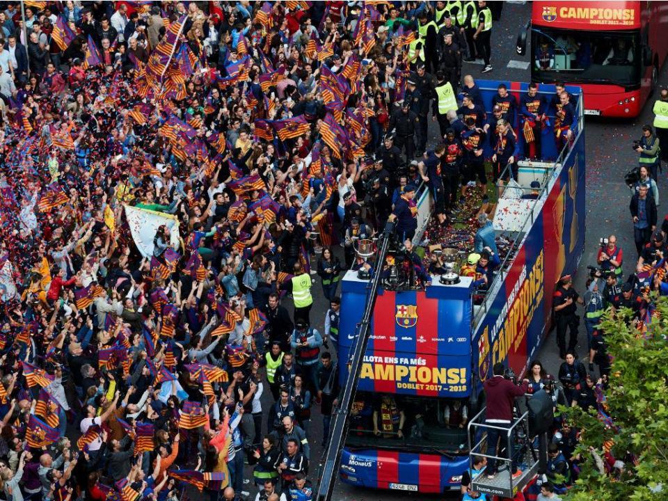 Iniesta emocionado, Piqué endiabrado: a festa nas ruas de Barcelona