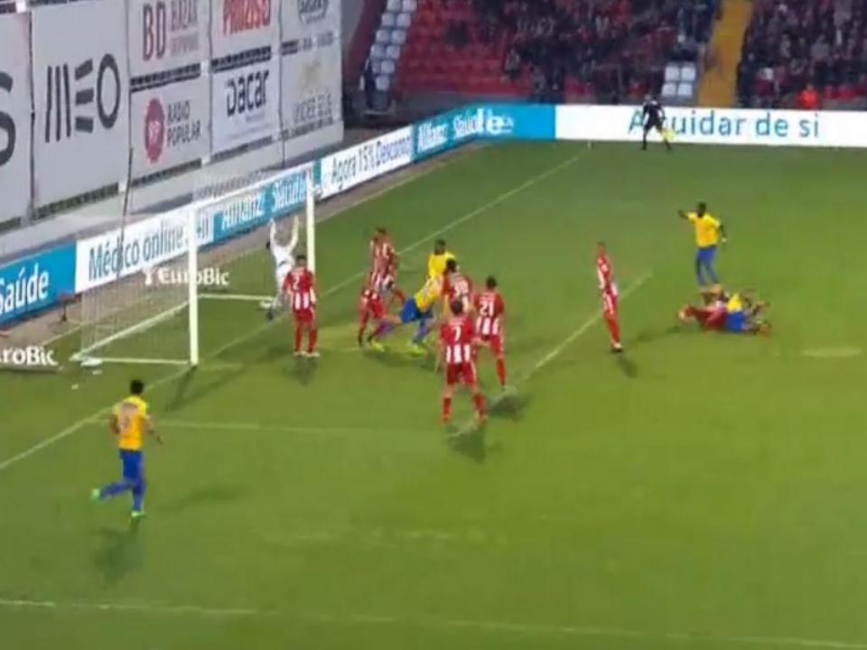 VÍDEO: Adriano salva Aves com duas defesas espantosas