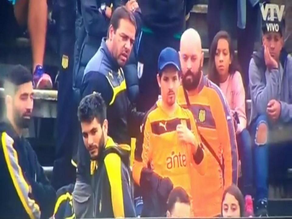 VÍDEO: guarda-redes tirou camisola a adepto para poder jogar