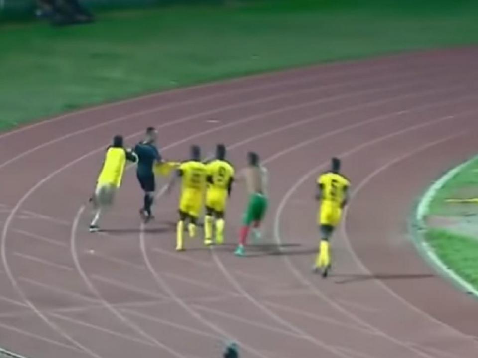 VÍDEO: árbitro perseguido e agredido depois de validar golo