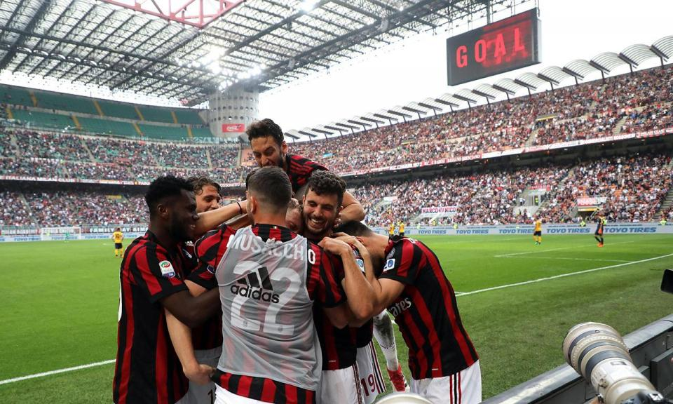 Milan goleia sem André Silva e despromove Verona