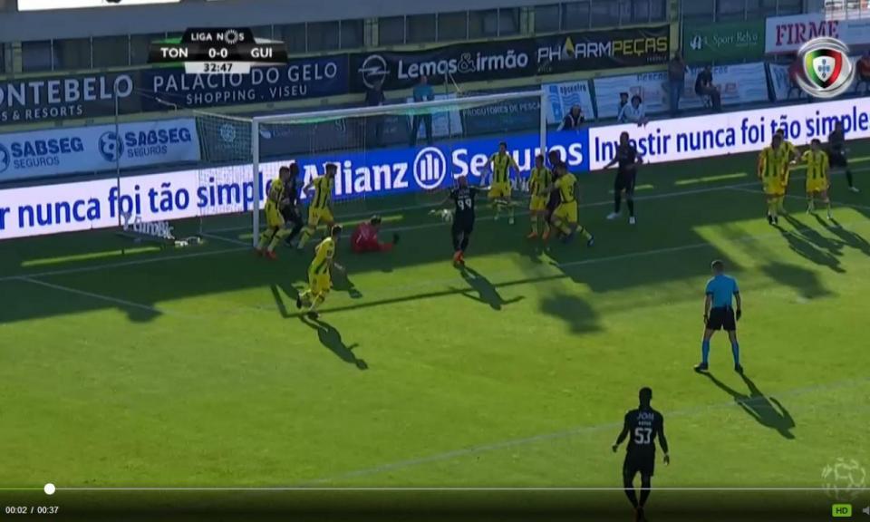 VÍDEO: erro raro de Cláudio Ramos dá o 0-1 ao Vitória