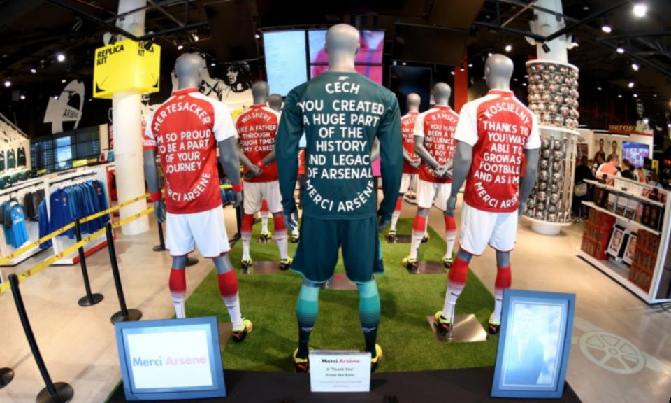 «Merci Arsène» e as palavras dos jogadores do Arsenal em camisolas