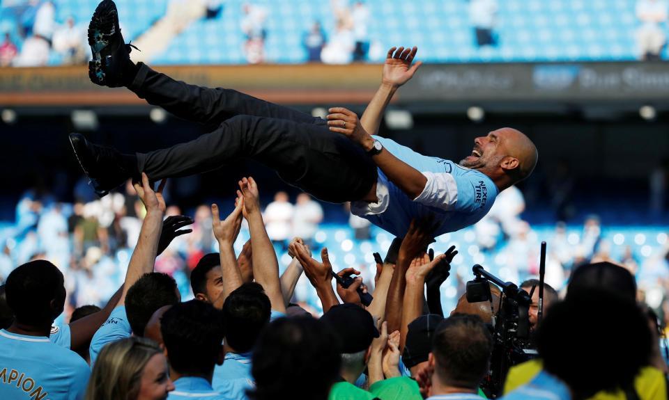 Manchester City levanta a taça de campeão mas empata