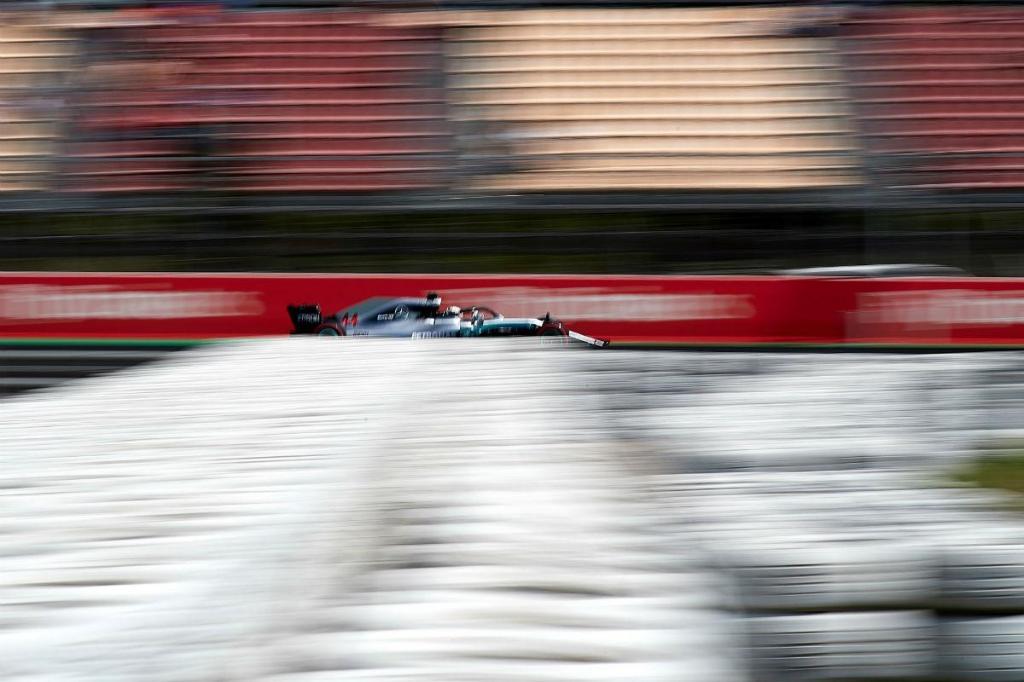 Hamilton volta à pole em Espanha com dobradinha da Mercedes