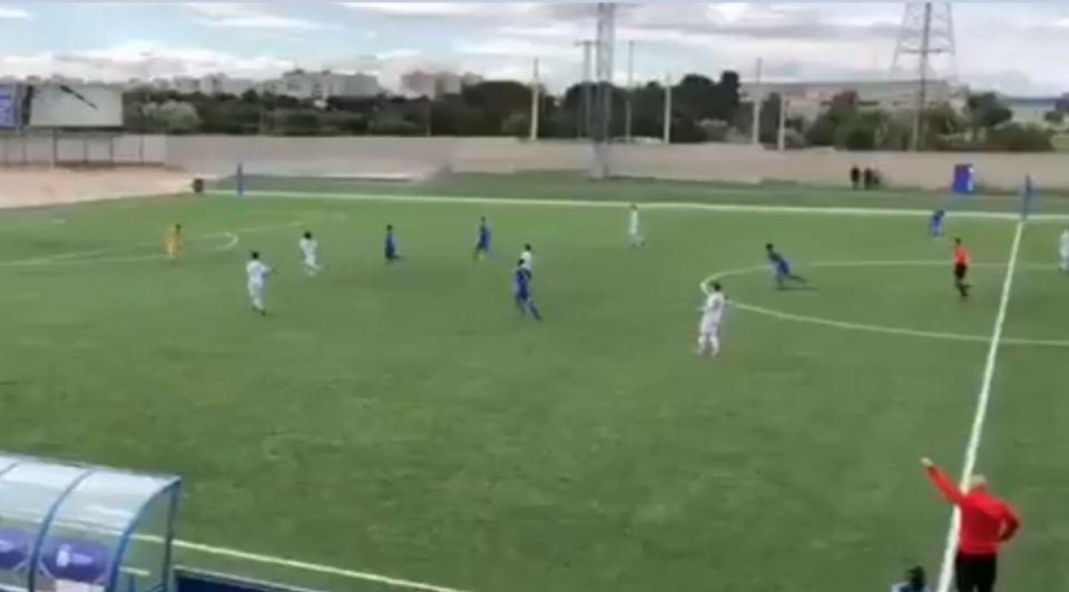 VÍDEO: juvenil marca golo de cerca de 80 metros