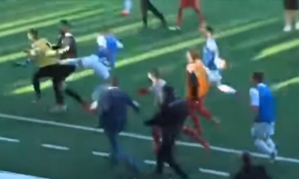 VÍDEO: jogo com dois golos nos descontos acaba em batalha campal