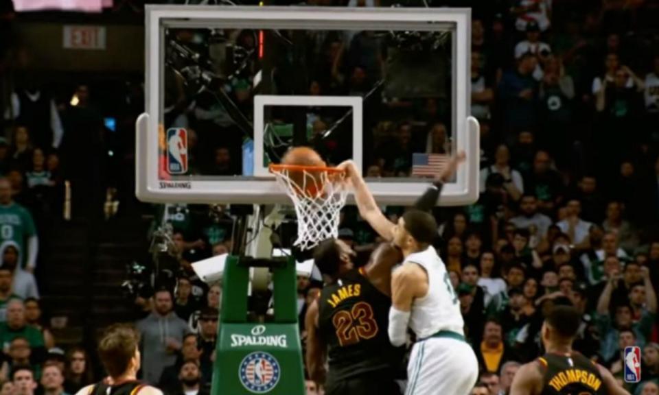 VÍDEO: rookieJayson Tatum afunda na cara de LeBron James
