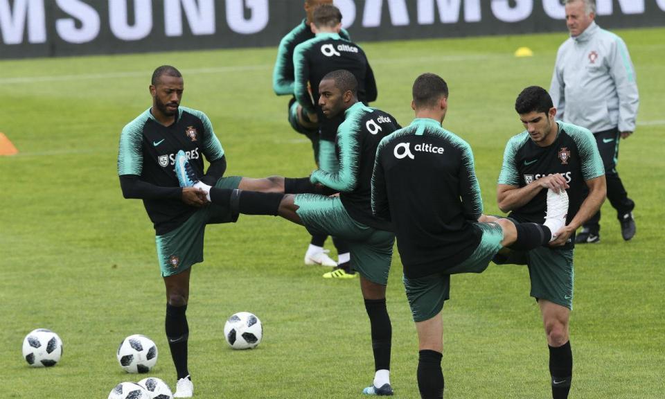 Seleção: Fernando Santos no relvado com 22 dos 23 jogadores aptos