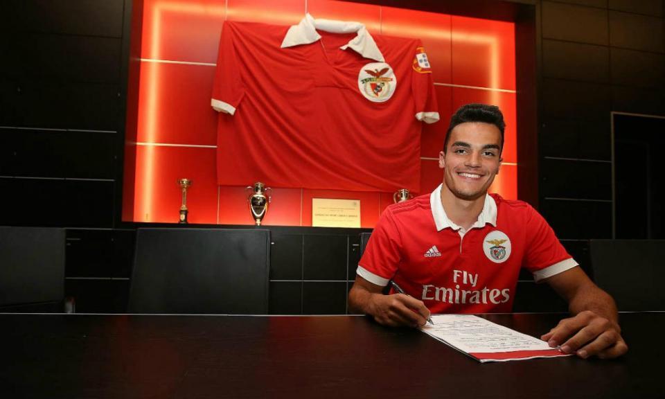 Benfica: dois juniores renovam e outro assina como profissional
