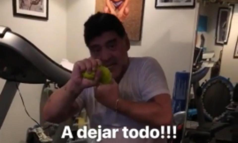 VÍDEO: Maradona no ginásio a suar «litros» de água