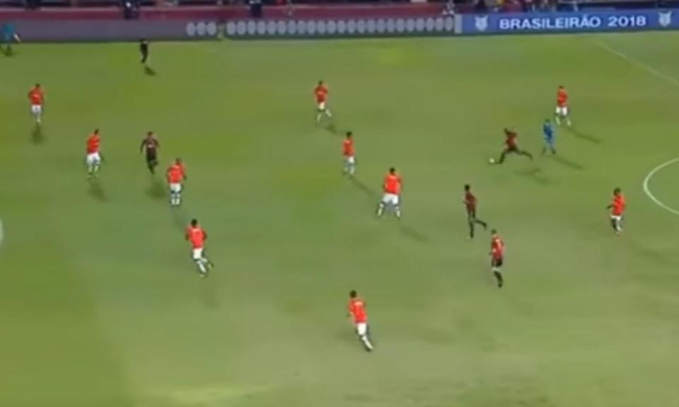 VÍDEO: ex-Benfica marca golo monumental no Brasil