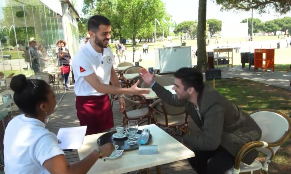 VÍDEO: Bernardo Silva faz de empregado de mesa e surpreende adepto