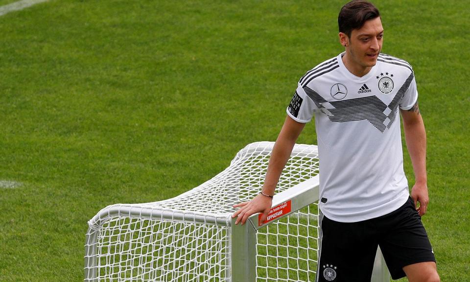 Özil renuncia à seleção alemã e fala em «racismo e desrespeito»