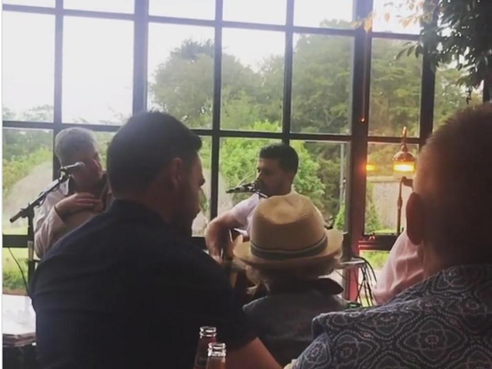 VÍDEO: Shane Long interpreta Ed Sheeran em casamento