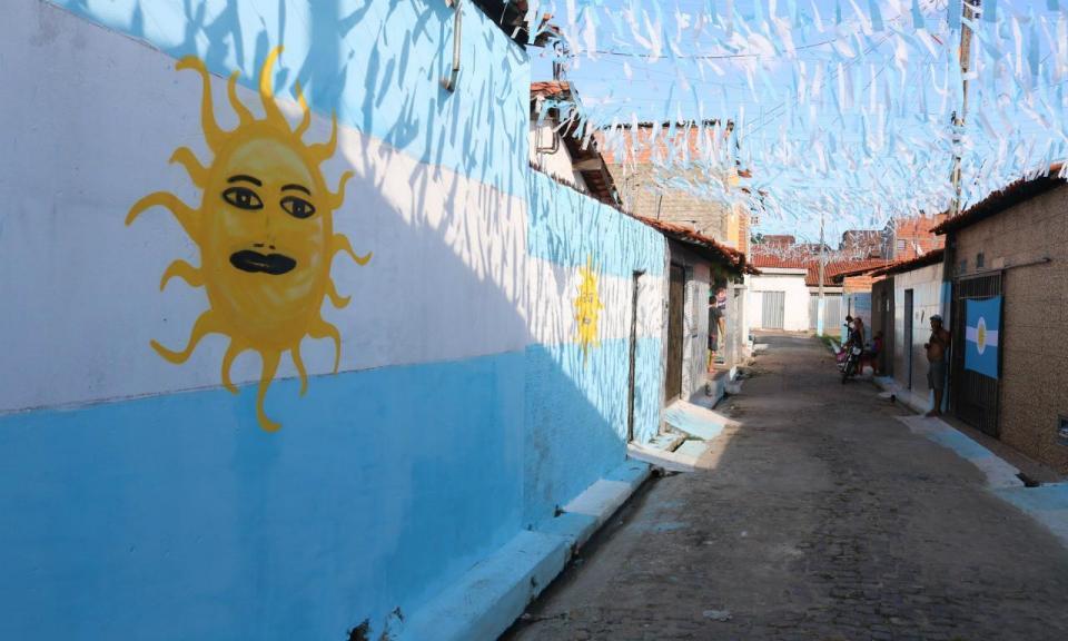 Incrível: brasileiros pintam rua de azul e branco em apoio à Argentina