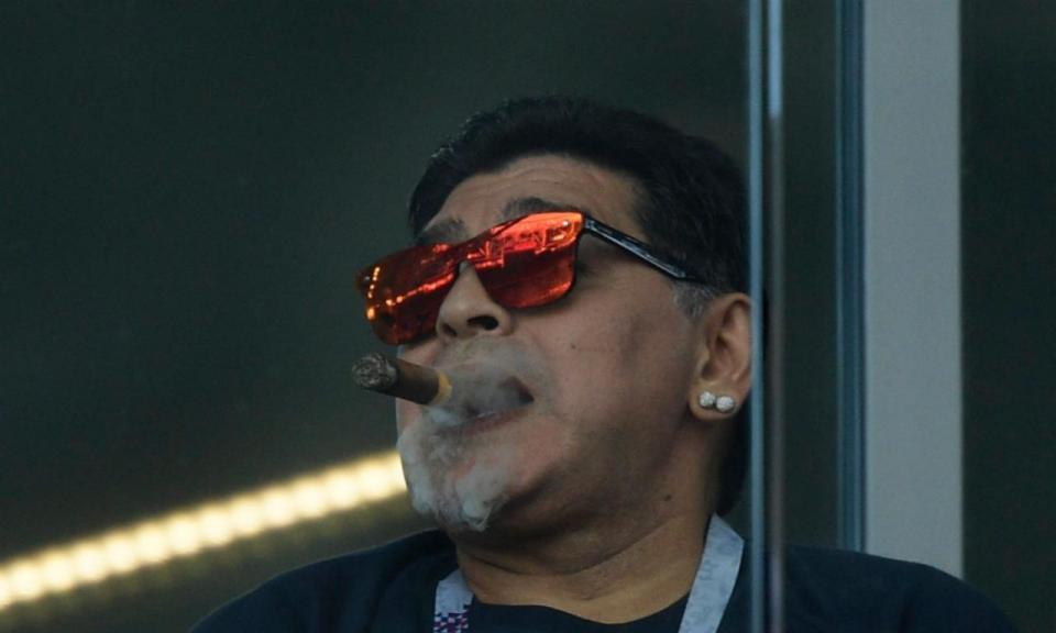 Proibido fumar no estádio? Essa regra não é para Maradona