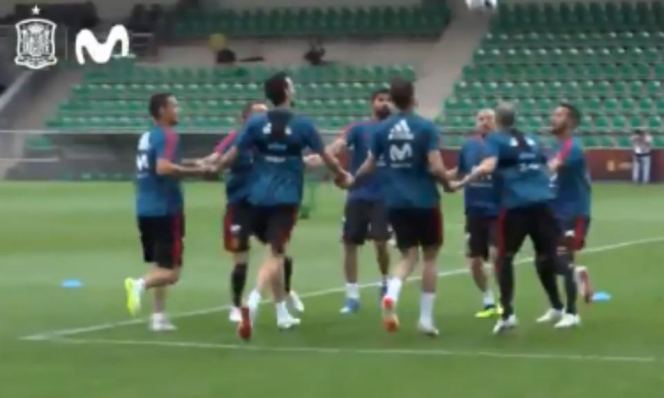 VÍDEO: mãos dadas, carrinhos e jogadores ao colo, assim treina a Espanha