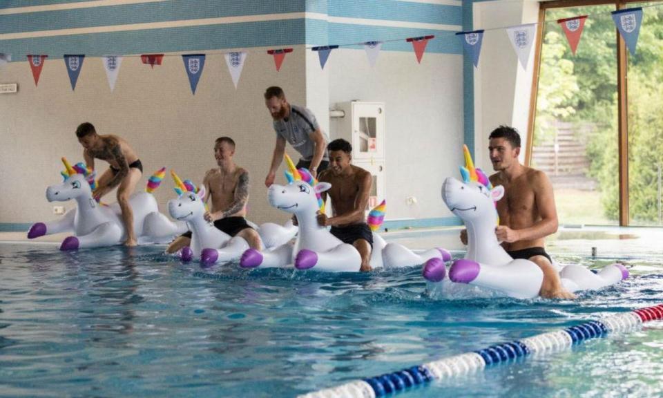 FOTOS: Inglaterra festeja vitória com unicórnios na piscina
