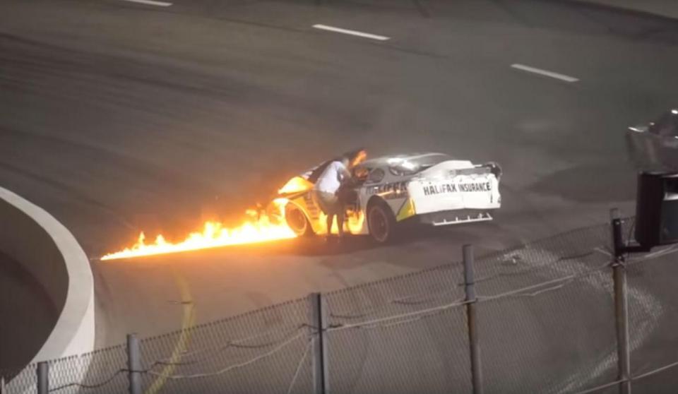 Vídeo: pai salva filho de carro em chamas no meio da pista