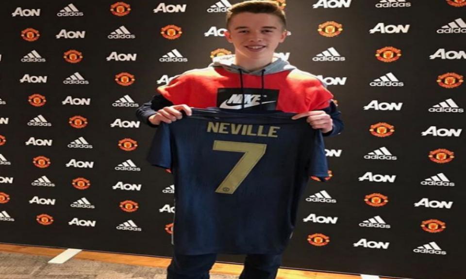 Filho de Phil Neville assina pelo Man Utd