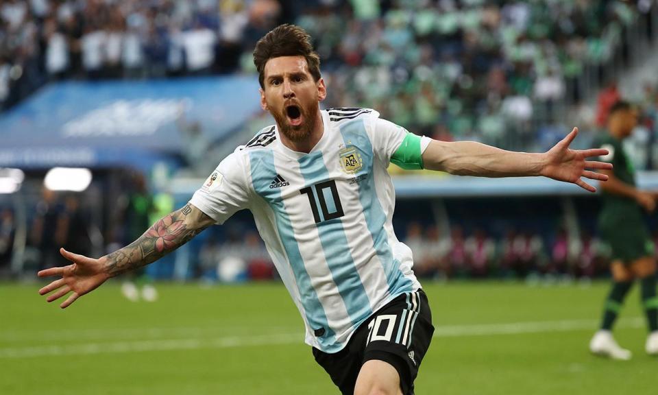 0d5e184681 VÍDEO  jornalista ofereceu fita da sorte a Messi e ele usou-a mesmo ...
