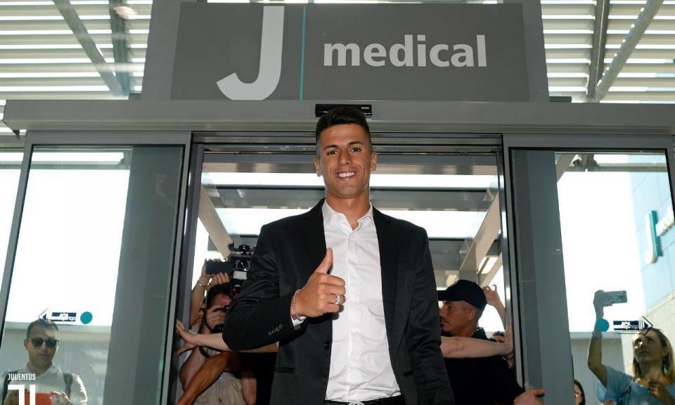 VÍDEO: adeptos recebem Cancelo antes dos exames na Juventus