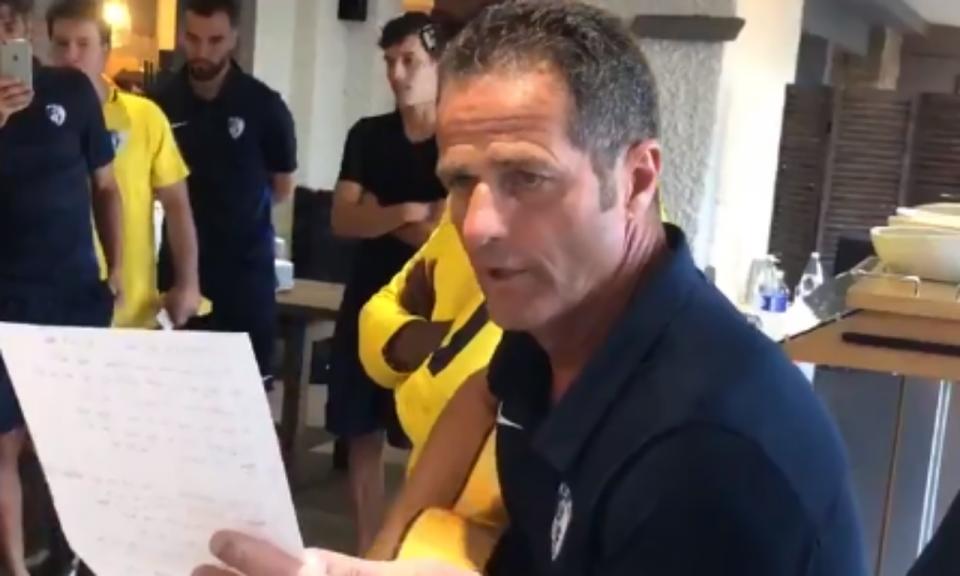 VÍDEO: treinador toca e canta para os próprios jogadores