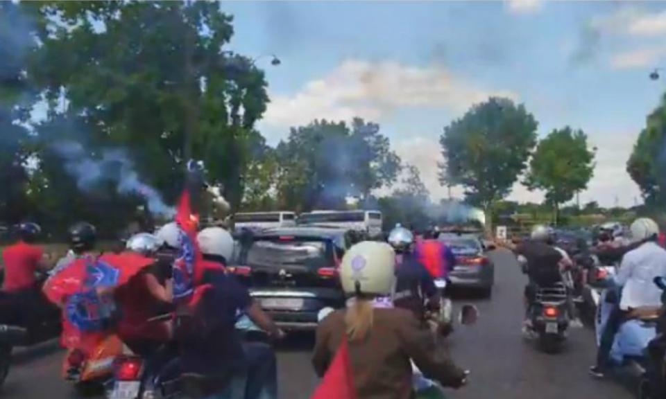 VÍDEO: cortejo de vespas acompanha Buffon nas ruas de Paris