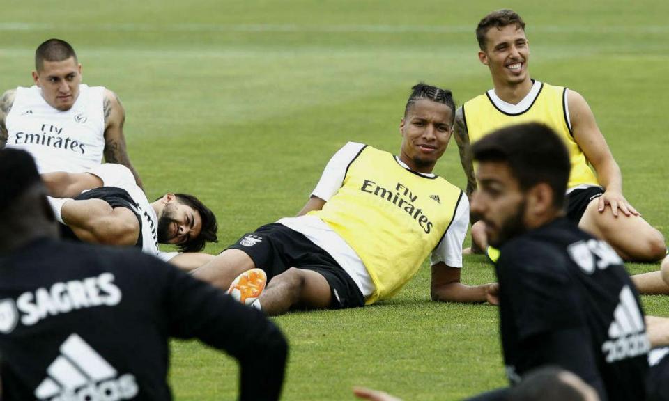 VÍDEO: a praxe dos jogadores do Benfica aos novos