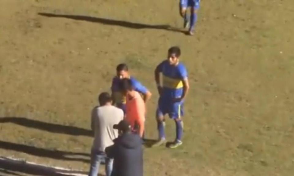 VÍDEO: na falta de VAR, árbitro usa máquina de fotógrafo para validar golo