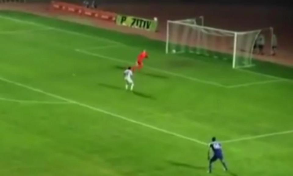 VÍDEO: lance incrível de guarda-redes dá golo adversário na LE