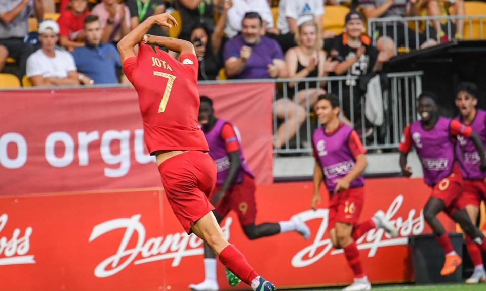 FOTO: o pequeno Jota ao lado de Cristiano Ronaldo