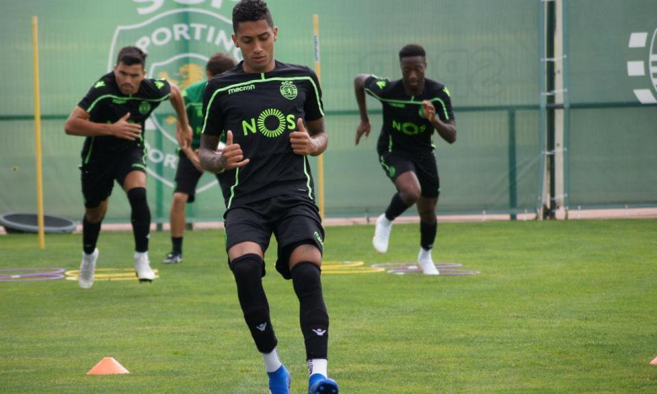 VÍDEO: Raphinha e Bruno Fernandes também marcam detrás da baliza