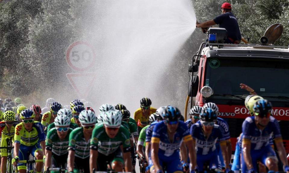 Volta a Portugal: bombeiros regam ciclistas na «frigideira alentejana»