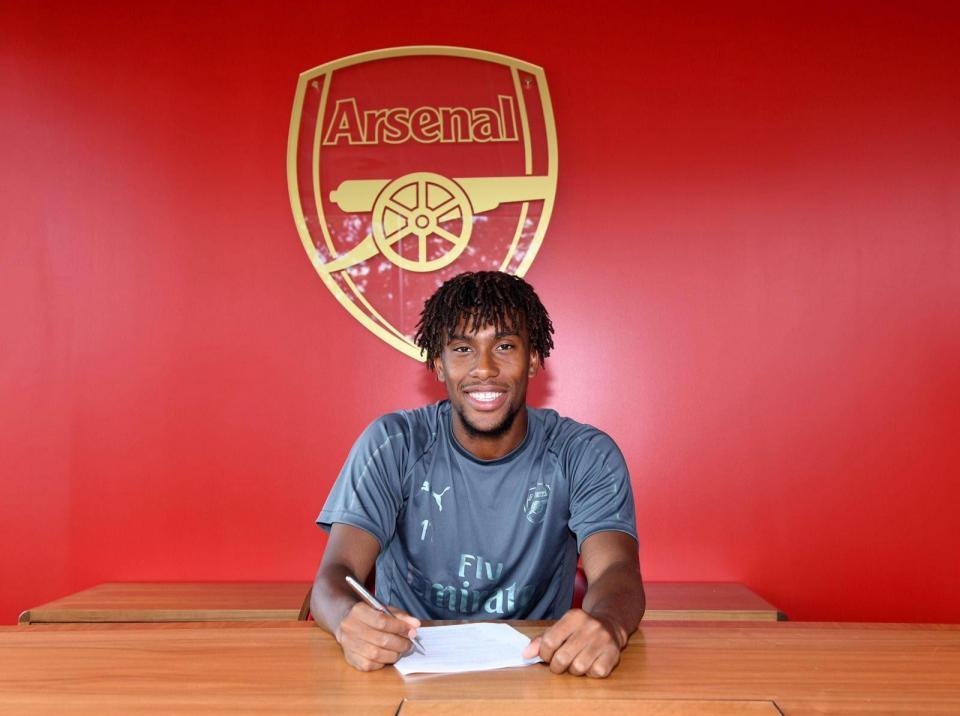 Alex Iwobi renova pelo Arsenal