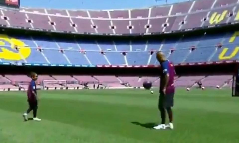 VÍDEO: Vidal dividiu com o filho o protagonismo no relvado de Camp Nou