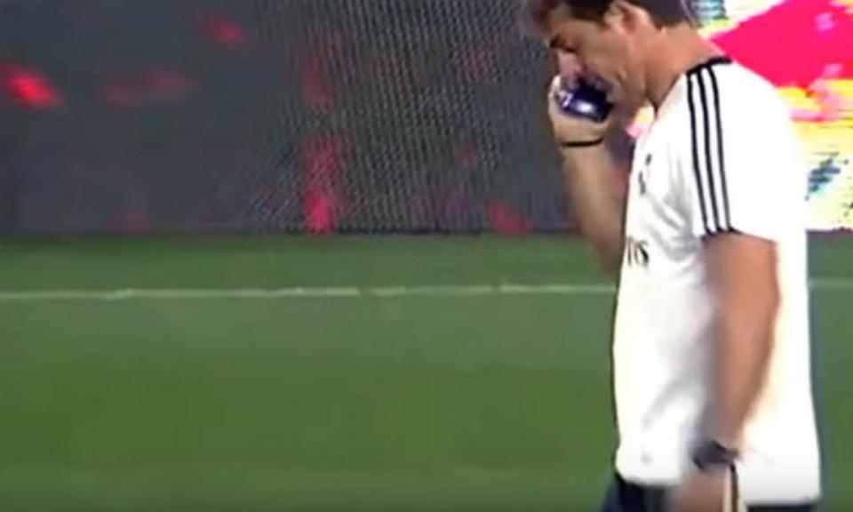 VÍDEO: Lopetegui ao telefone a meio do treino do Real Madrid