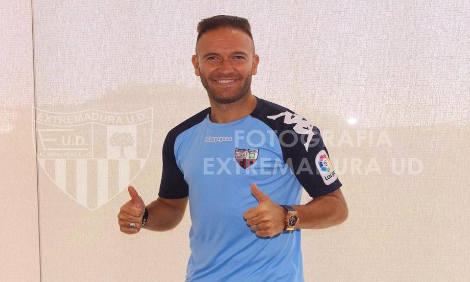 Após um ano desempregado, Diego Capel tem novo clube