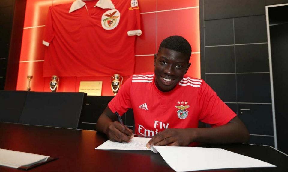 Benfica: guarda-redes dos juvenis assina contrato profissional