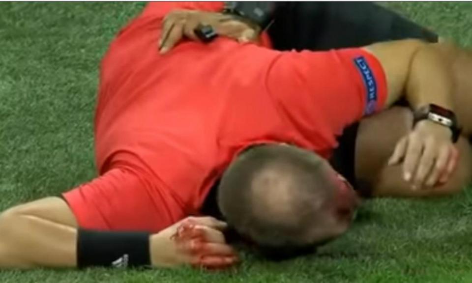 VÍDEO: árbitro assistente agredido por adepto em jogo da Liga Europa
