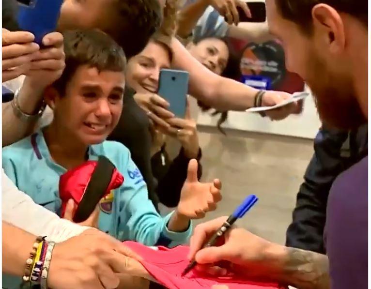 VÍDEO: Messi distribui autógrafos e deixa jovem adepto num pranto