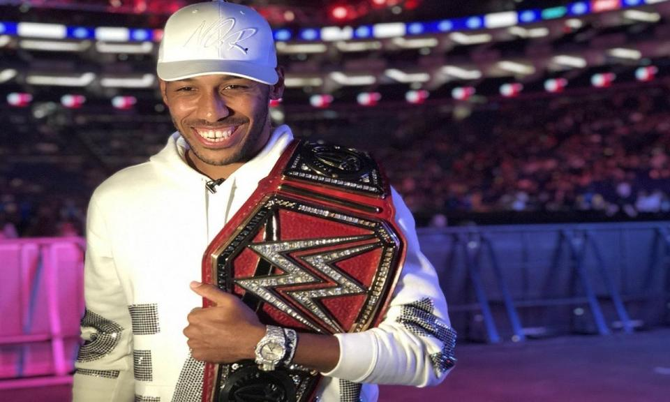 FOTO: Aubameyang exibe-se como campeão universal em espetáculo da WWE
