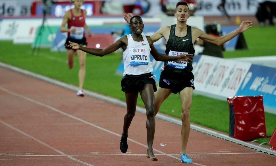 VÍDEO: atleta queniano perde a sapatilha mas acaba em primeiro