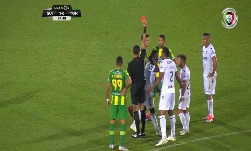 VÍDEO: árbitro expulsa Wakaso, chama-o de volta e dá vermelho a Arango