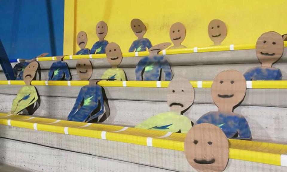 Equipa húngara substitui adeptos por... bonecos de cartão