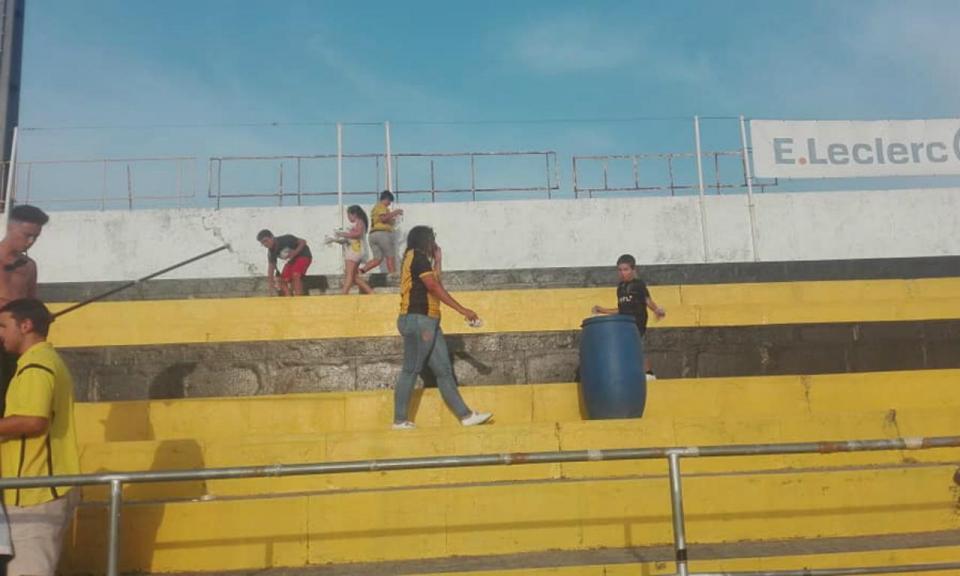 Adeptos da AD Fafe limpam bancada após final do jogo