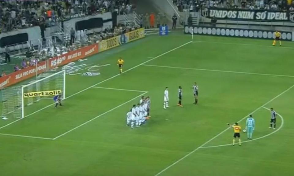 VÍDEO: guarda-redes do Ceará imita Rogério Ceni e faz golaço