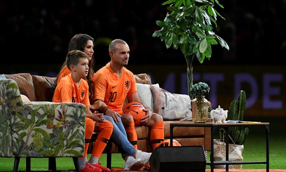 FOTO: Sneijder mostra os «retalhos» de 15 anos de seleção